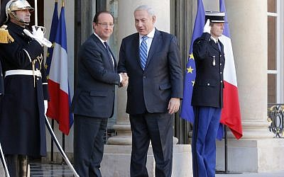 Prime Minister Benjamin Netanyahu, center right, and French President Francois Hollande, left, during a welcoming ceremony in Paris Wednesday, Oct. 31, 2012 (photo credit: Jacques Brinon/AP)