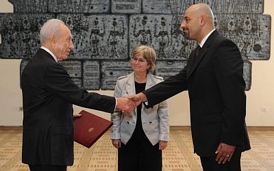 Ambassador Walid Obeidat presents his credentials to Israeli President Shimon Peres, October 17 (photo credit: Mark Neiman/GPO)