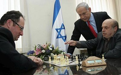 Natan Sharansky with Prime Minister Netanyahu against chess world champion Boris Gelfand, in March 8, 2010 (photo credit: Alex Kolomoisky/Flash90)