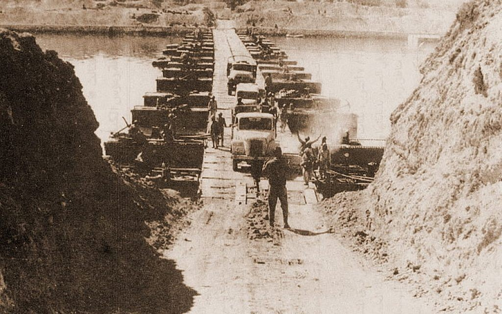 Egyptian troops crossing the Suez Canal on October 7, 1973 (Photo credit: Wikicommons)