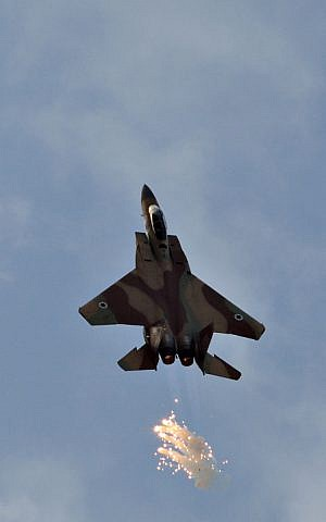 The F-15I climbing as it releases anti-missile flares (Photo credit: Ofer Zidon/ Flash 90)