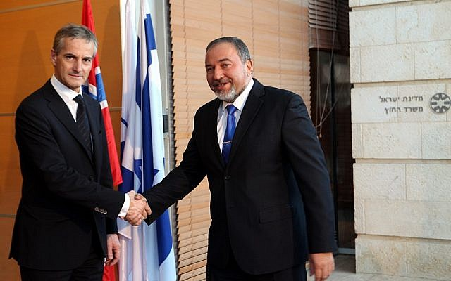 Foreign Minister Avigdor Liberman (R) and his Norwegian counterpart Jonas Gahr Store in Jerusalem last year (photo credit: Yossi Zamir/Flash90)