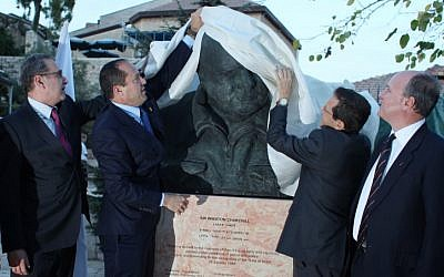 Jerusalem mayor Nir Barkat and Randolph Churchill, grandson of Sir Winston Churchill, unveil a statue depicting the British WWII prime minister in a park overlooking Jerusalem's Old City in honour of 90th anniversary of Churchill's first visit to Israel. November 04, 2012. (photo credit: Yoav Ari Dudkevitch/FLASH90