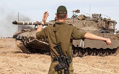 Israeli soldiers preparing their tanks along the Israeli-Gazan border for a possible ground operation inside Gaza on the third day of Operation Pillar of Defense, November 16, 2012 (Uri Lenz/ Flash90)