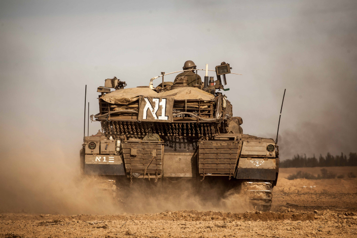 Israeli soldiers preparing their tanks along the Israel-Gaza border for a possible ground operation inside Gaza Strip at the third day of Operation Pillar of Defense. November 16, 2012. (photo credit: Uri Lenz/ Flash90)