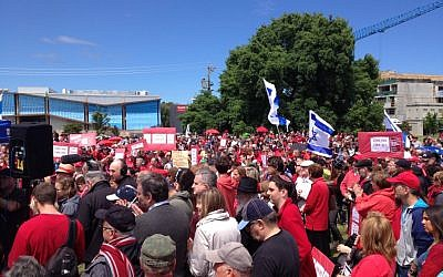 Melbourne's Jewish community demonstrating against Hamas rocket fire by wearing red, a hint at the Color Red missile alert warnings, November 18, 2012. (photo credit: Netta Even Tzur)