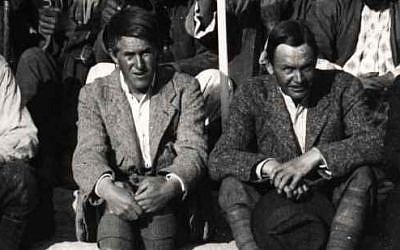 T.E. Lawrence (left) at Karkemish in 1913 (photo credit: CC BY Wikipedia/public domain)