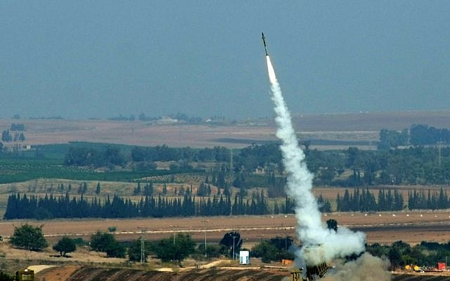 An Iron Dome interceptor missile rising up to meet incoming rockets from Gaza on November 20, 2012. (photo credit: Mendy Hechtman/Flash 90)