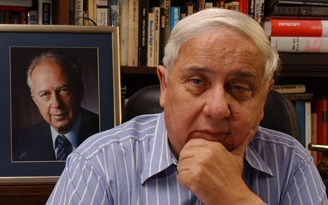 Journalist Eitan Haber next to a photograph of his former boss, prime minister Yitzhak Rabin (photo credit: CC-BY-SA, Shalom Bartal, Wikimedia Commons)