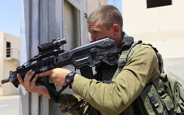 An IDF infantry soldier armed with an Israeli-made Tavor rifle takes part in an urban warfare drill. (Tsafrir Abayov/Flash90)
