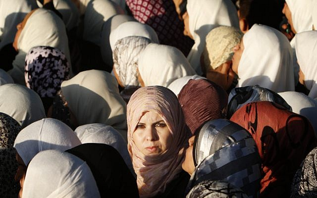Illustrative photo of Muslim women gathering for Ramadan prayers in Jerusalem (Miriam Alster/Flash90)