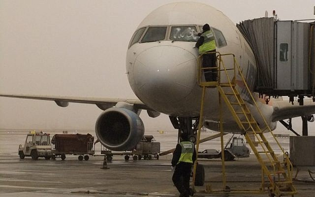 A worker cleaning a plane. (photo credit: Tsahi Ben-Ami / Flash 90)
