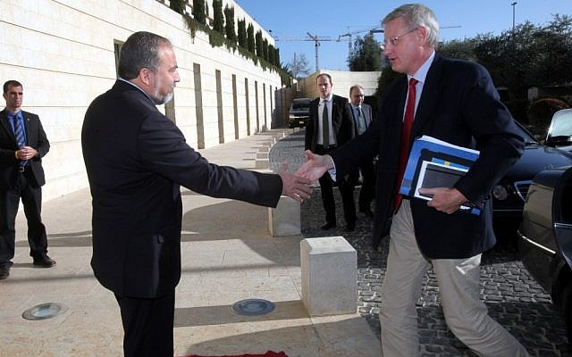 Swedish Foreign Minister Carl Bildt, right, being greeted by his Israeli counterpart Avigdor Liberman in Jerusalem in 2012. (photo credit: Yossi Zamir/Flash90)