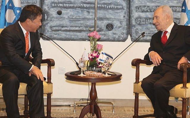 President Shimon Peres (right) meets with the South Korean ambassador to Israel Kim Il Soo (photo credit: Isaac Harari/Flash90)