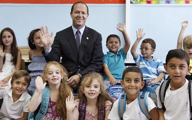 Jerusalem Mayor Nir Barkat with some first graders at a Jerusalem school  (Photo credit: Miriam Alster/Flash90)