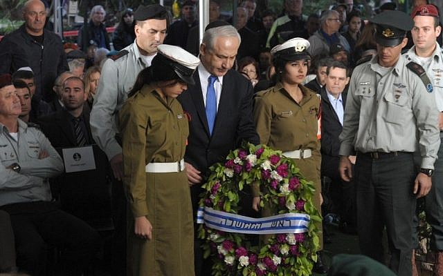 Prime Minister Benjamin Netanyahu lays a wreath during the funeral of former IDF chief of general staff Amnon Lipkin-Shahak at the Kiryat Shaul Military Cemetery in Tel Aviv, December 20, 2012 (photo credit: Moshe Milner/GPO/Flash90)