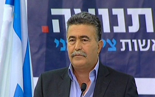 Amir Peretz announces that he will be joining Tzipi Livni's Hatnua (The Movement) party on Thursday, December 6 (photo credit: Channel 10 screen capture)