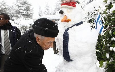 Peres and the presidential snowman, Jerusalem, Thursday (photo credit: Gideon Sharon)