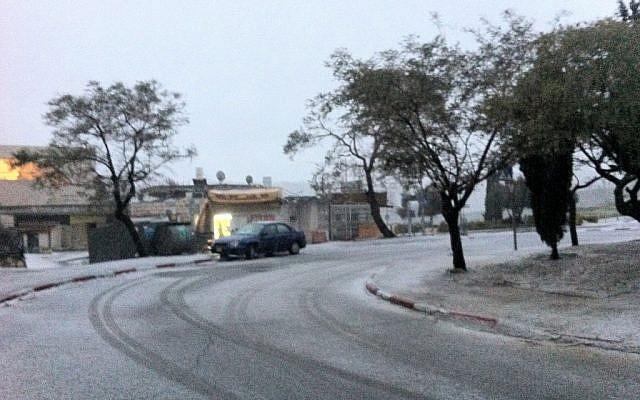 Snow accumulates on the ground in Jerusalem's Armon Hanetziv neighborhood on January 9, 2013. (photo credit: Alon Diamant-Cohen/Facebook)