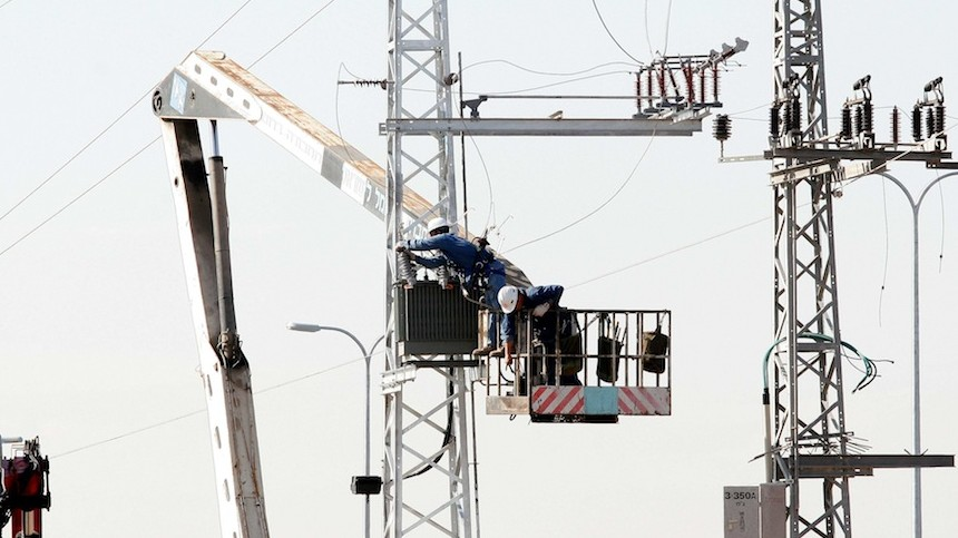 Israel Electric Company workers build a new electric line (Photo credit: Roni Schutzer/Flash 90)