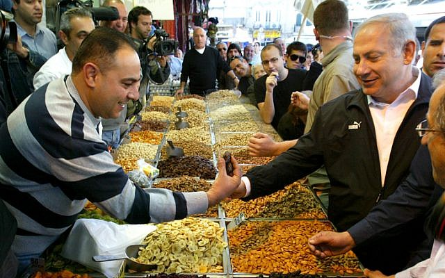 Prime Minister Benjamin Netanyahu visiting the market in advance of the 2009 elections (Photo credit: Olivier Fitoussi/ Flash 90)