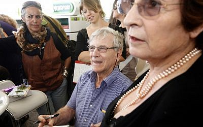 Amos Oz and his main squeeze and archivist, wife Nili Oz, at a 2010 book signing (photo credit: Miriam Alster/Flash 90)