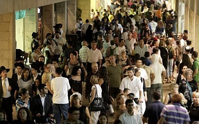 Crowds at the Mamilla shopping mall in Jerusalem (photo credit: Abir Sultan/Flash 90)