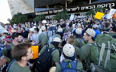 New immigrants from the USA and Canada arrive at the Ben Gurion Airport on August 14, 2012 (photo credit: Moshe Shai/Flash90)
