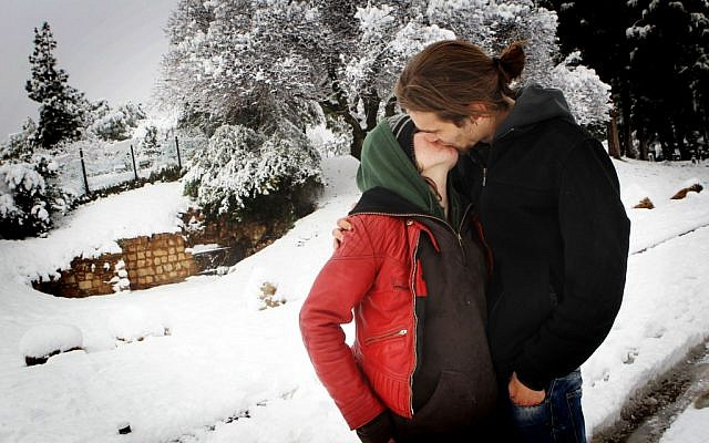 A couple in Independence Park share a frozen smooch. (photo credit: Miriam Alster/Flash90)