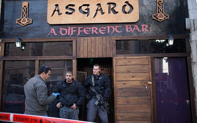 Police at the scene of where the owner of the Asgard bar in the center of Jerusalem was found stabbed to death on January 16, 2013 (photo credit: Yonatan Sindel/Flash90)