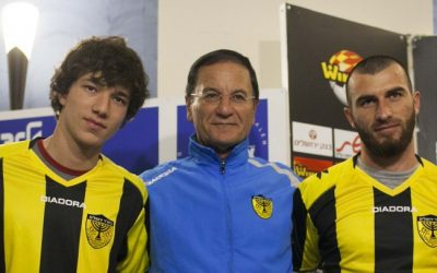 Beitar Jerusalem head coach Eli Cohen, center, flanked by Gabriel Kadiev, left, and Zaur Sadayev at a press conference, January 31, 2013. (Yonatan Sindel/Flash90)