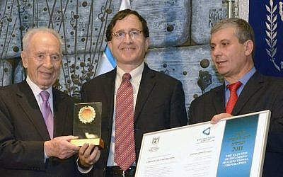 President Shimon Peres (L.) and Industry, Trade, and Labor Minister Shlomo Simchon (R.) present an export award to Dr. Shlomo Markel of Broadcom (Photo Credit: Mark Neiman/GPO)