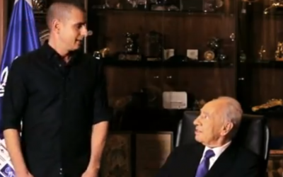 President Shimon Peres (right) and Eyal Kitzis in YouTube campaign (screenshot: YouTube)