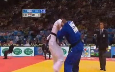 Assaf Chen (blue) fights a Dutch opponent, 2011 (photo credit: screen capture BentzWatchJudo/Youtube)