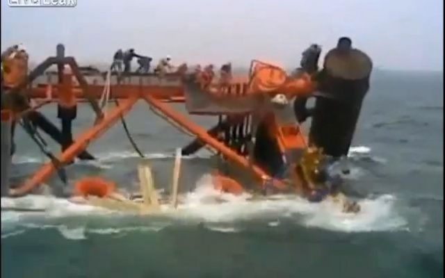 An Iranian oil platform sinks into the sea, January 2013. (screen capture: Youtube/DreamPlayx)