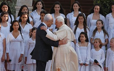 Shimon Peres and Pope Benedict XVI meeting in Jerusalem in 2009. (photo credit: Avi Ohayon/GPO/Flash90)