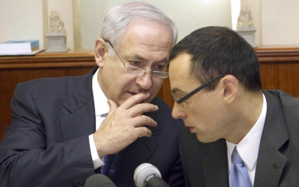 Prime Minister Benjamin Netanyahu, (l) speaks with then-cabinet secretary Zvi Hauser at a weekly cabinet meeting in July 2009. (Ariel Jerozolimski/Flash90/File)