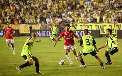 Illustrative photo of soccer game between Beitar Jerusalem and Hapoel Tel Aviv (Kobi Gideon/Flash90)