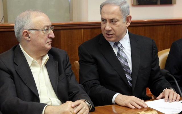 Professor Manuel Trachtenberg sits beside Prime Minister Benjamin Netanyahu during a meeting, February 2013. (Marc Israel Sellem/Pool/Flash90)