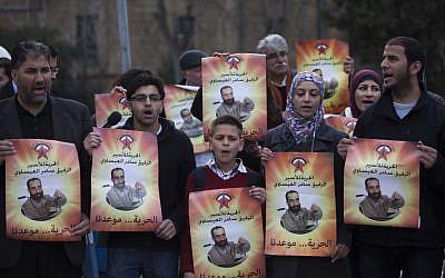 Palestinians protest outside Jerusalem Magistrate's Court in support of hunger striker Samer Issawi, February 19, 2013. (photo credit: Yonatan Sindel/Flash90)