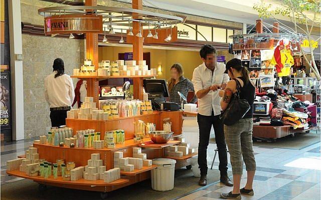 Illustrative photo of an Israeli salesman demonstrating a beauty product at an American mall. (Creative Commons via JTA)