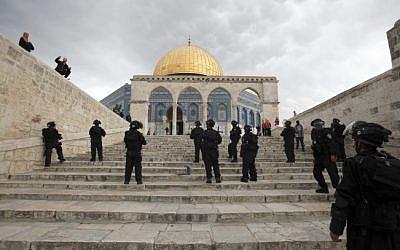 Illustrative photo of Israeli security forces on the Temple Mount (photo credit: Sliman Khader/Flash90)