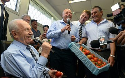 The president and the tomato (photo credit: Mark Neyman/GPO)