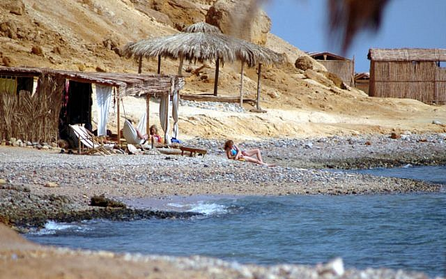 File: Israelis vacation at a Sinai beach resort in 2006. (Yossi Zamir/Flash90)