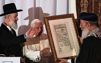 Pope Benedict XVI meets with Israel's chief Rabbis Yona Metzger (L) and Shlomo Amar at the center for Jewish Heritage in Jerusalem, May 2009 (photo credit: Kobi Gideon/Flash90)