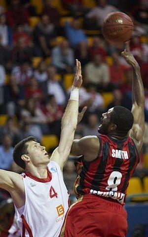Craig Smith battles for the basket (photo credit: Yonatan Sindel/Flash 90)