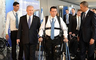 Prime Minister Benjamin Netanyahu (left) and US President Barack Obama look on as disabled IDF veteran Radi Kaiuf demonstrates the ReWalk exoskeleton system. Kaiuf, who was formerly nearly fully paralyzed, completed the Israel Marathon in 2012 using the system (Kobi Gideon / GPO /FLASH90)