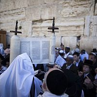 The priestly blessing is held at the Jewish holiday of Passover which commemorates the Israelites' hasty departure from Egypt. Hundreds of priests took part in the event held on March 28, 2013. (photo credit: Yonatan Sindel/Flash90)