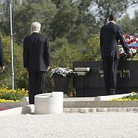 US President Barack Obama, right, with then Israeli president Shimon Peres and Prime Minister Benjamin Netanyahu, at the grave of Theodor Herzl during Obama's visit to Mt. Herzl in Jerusalem, Friday, March 22, 2013. (AP Photo/Pablo Martinez Monsivais)