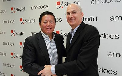 Allen Lew of SingTel (L) and Eli Gelman of Amdocs announcing SingTel LiveLabs @ Israel, March 3, 2013 (Photo credit: Courtesy)
